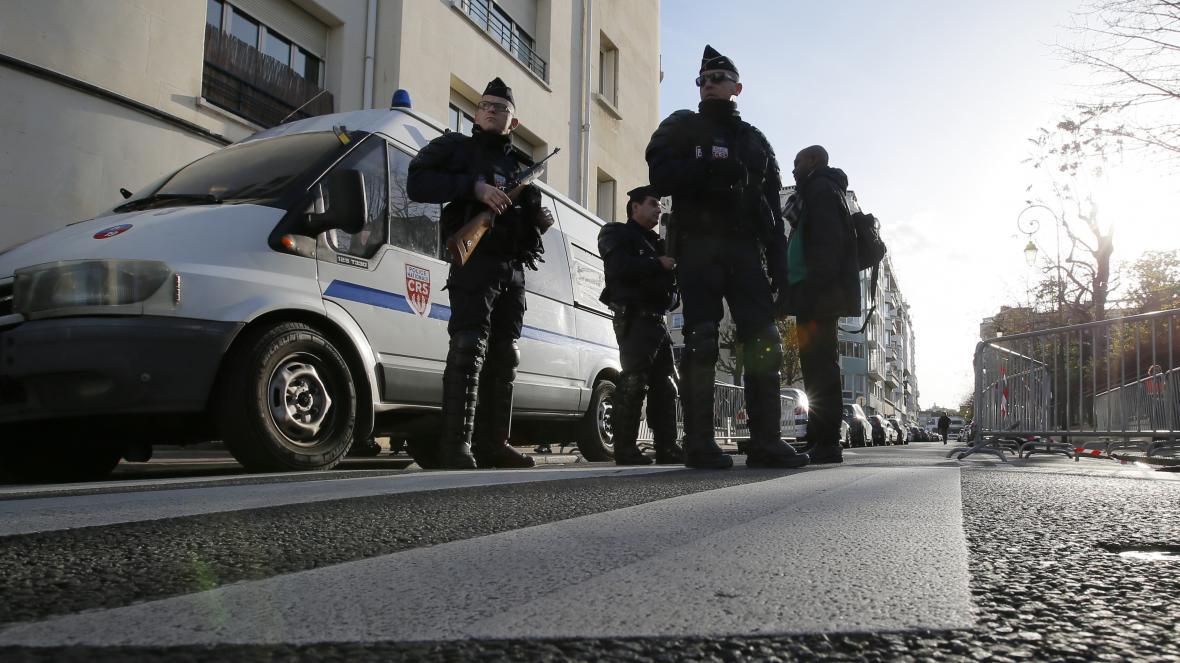 Policisté hlídkující v Paříži