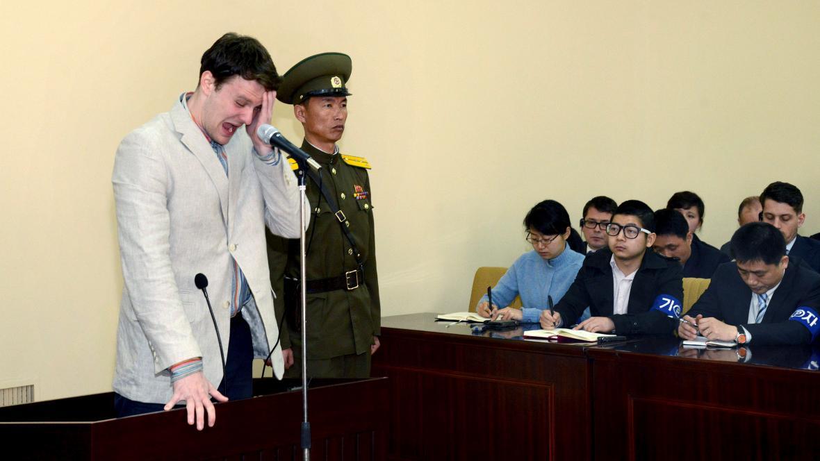 Americký student Otto Warmbier u severokorejského soudu