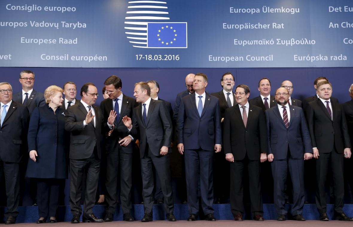 Skupinová fotka účastníků summitu EU