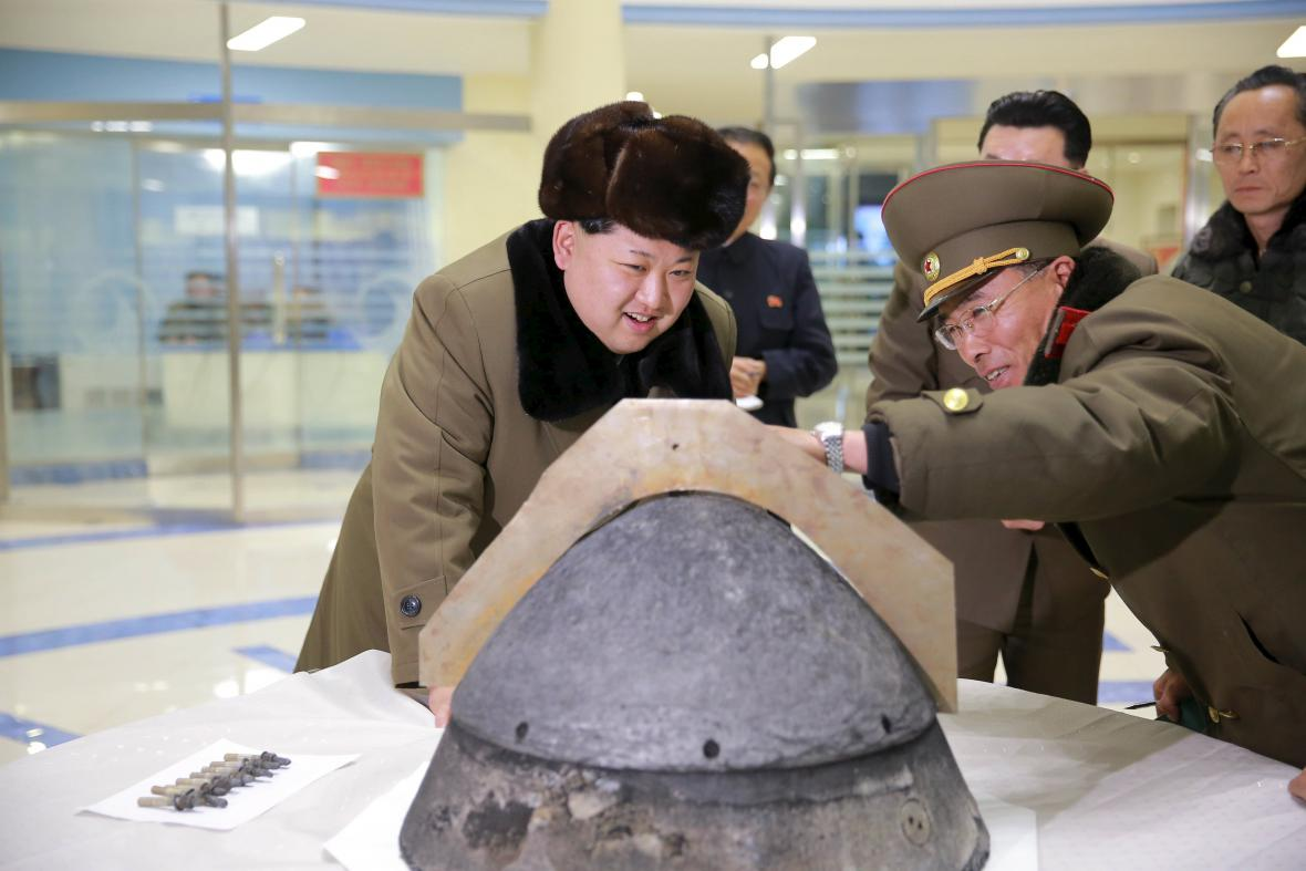 Kim Čong-un studuje raketovou hlavici