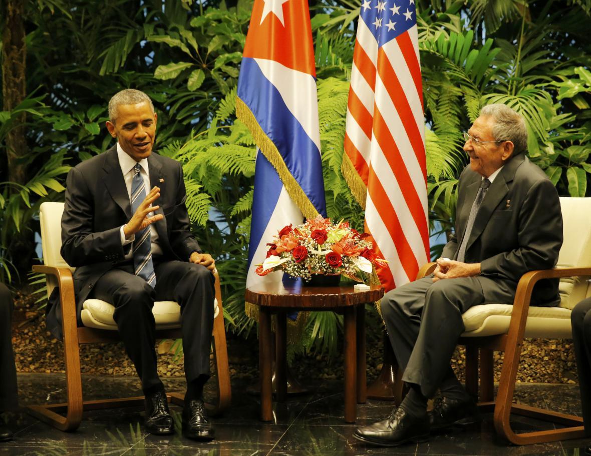 Obama a Castro během jednání v Havaně