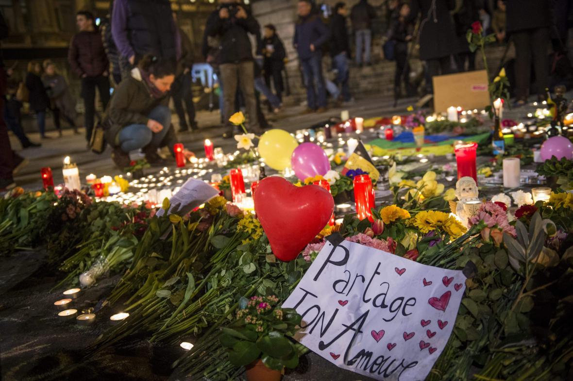 Svíčky pro oběti zaplnily náměstí před bruselskou burzou