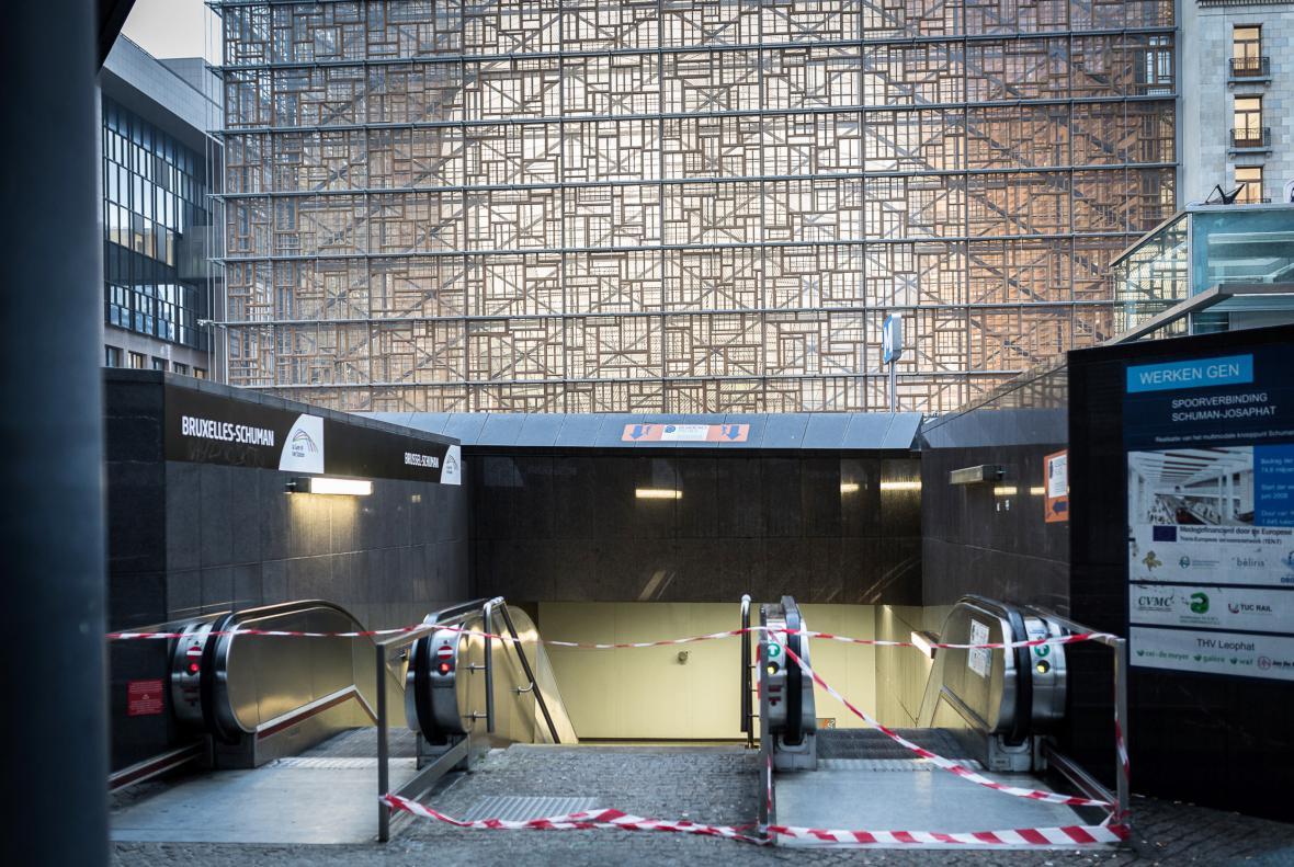 Uzavřená stanice metra Schuman v bezprostřední blízkosti sídla Evropské komise