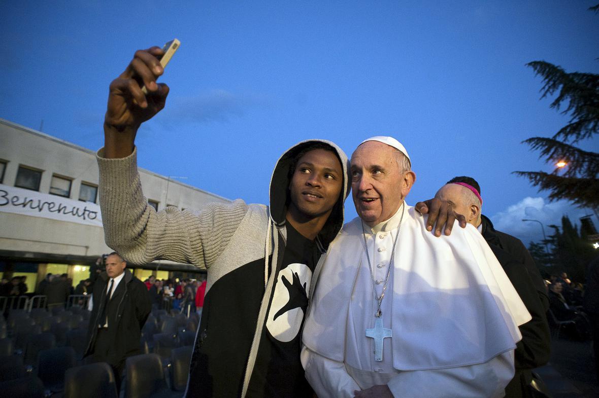 František omýval nohy v uprchlickém centru u Říma