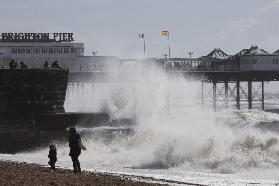 Bouře Katie na britském pobřeží