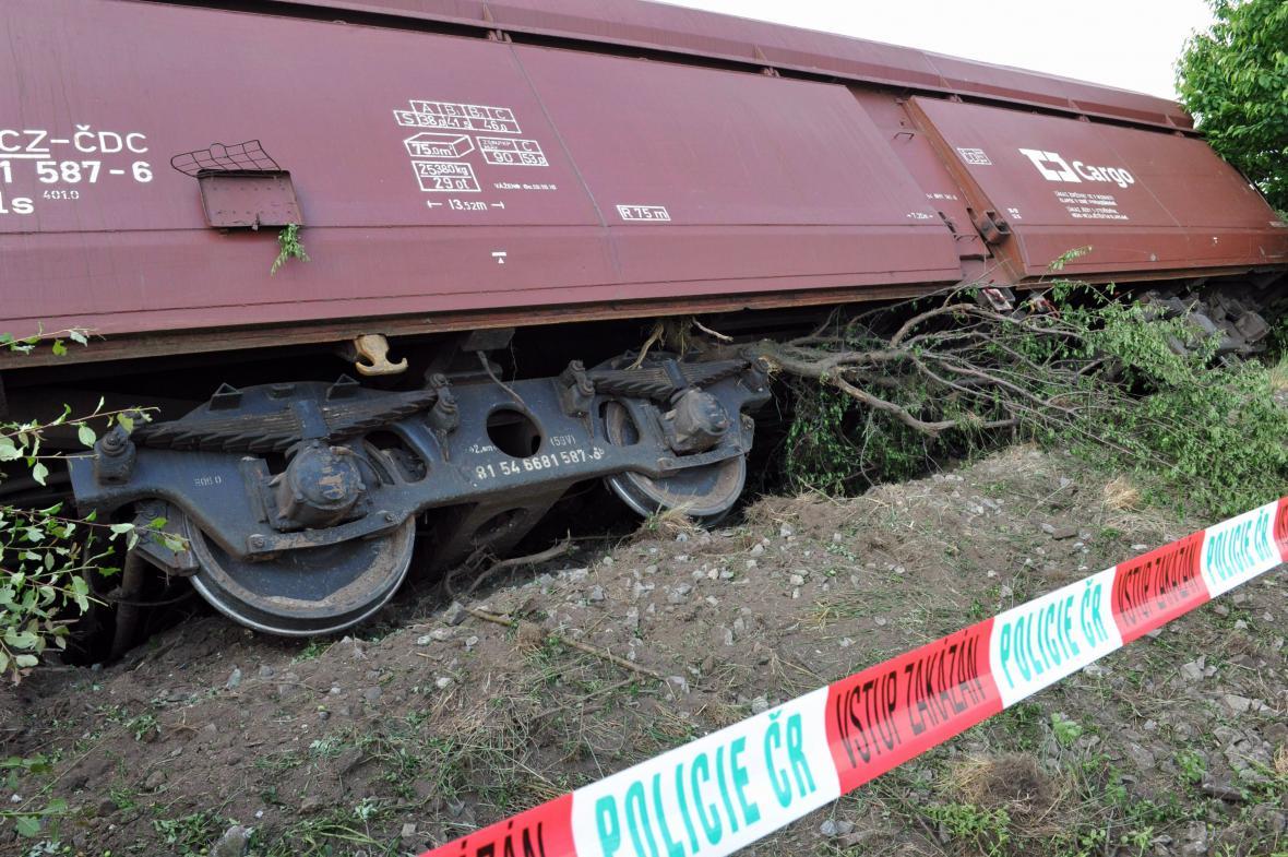 Vykolejení nákladního vlaku u Topolan