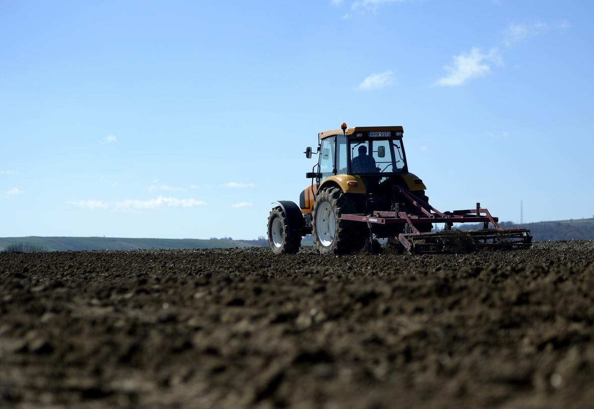 Pole na jižní Moravě osévají traktory