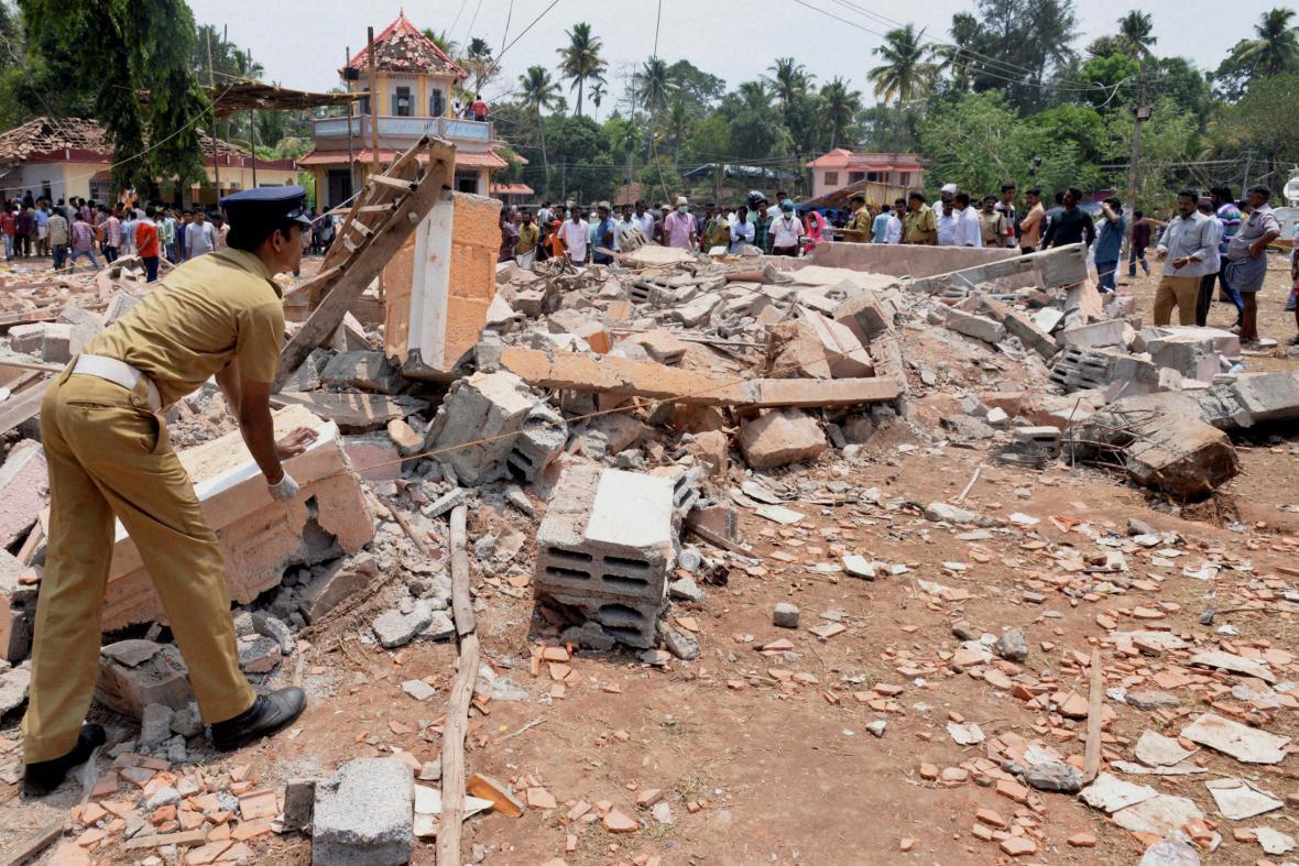 Místo, na kterém vybuchla zábavní pyrotechnika a zapálila chrám během oslav v jižní Indii