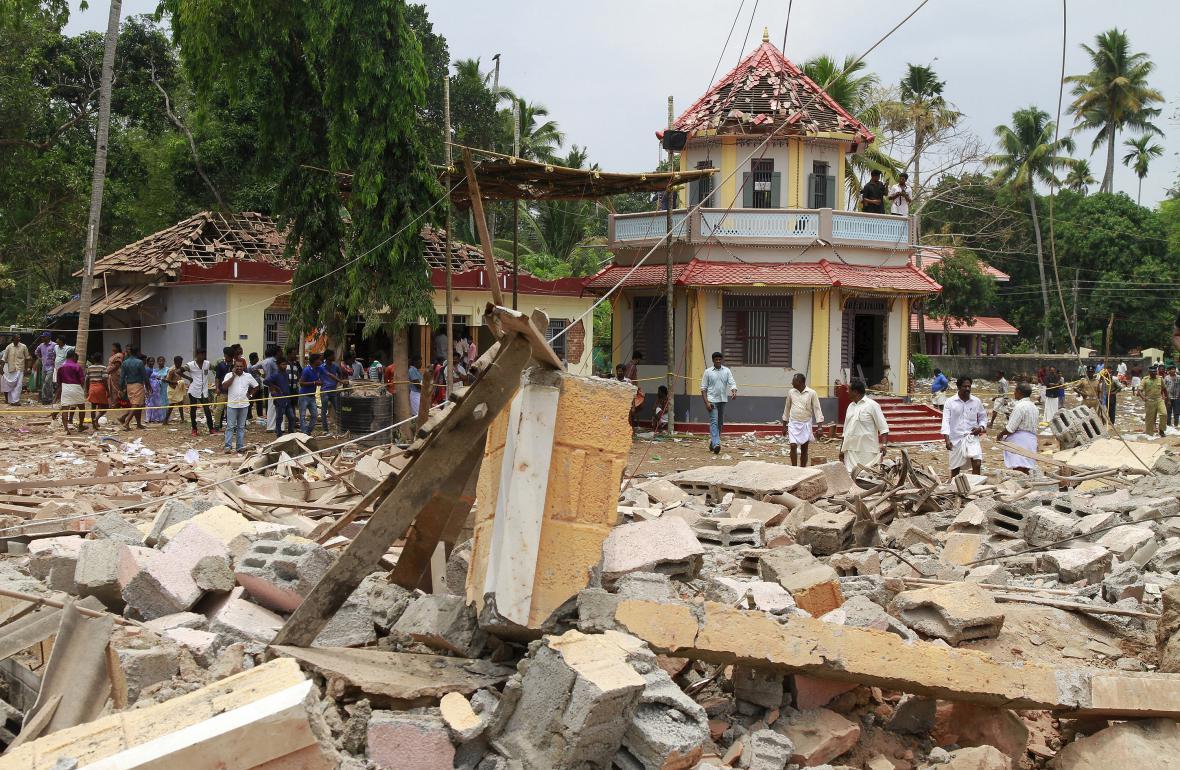 Následky požáru a exploze dělobuchů u hinduistického chrámu