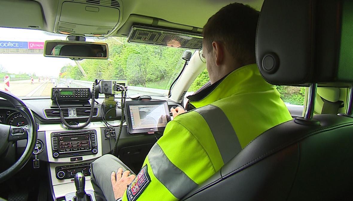 Policisté měří rychlost na zúženém úseku dálnice