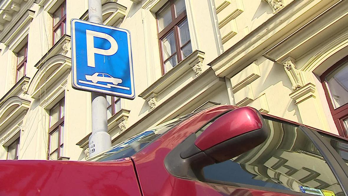 Podle dopravního odboru mají řidiči parkovat přesně podle značky