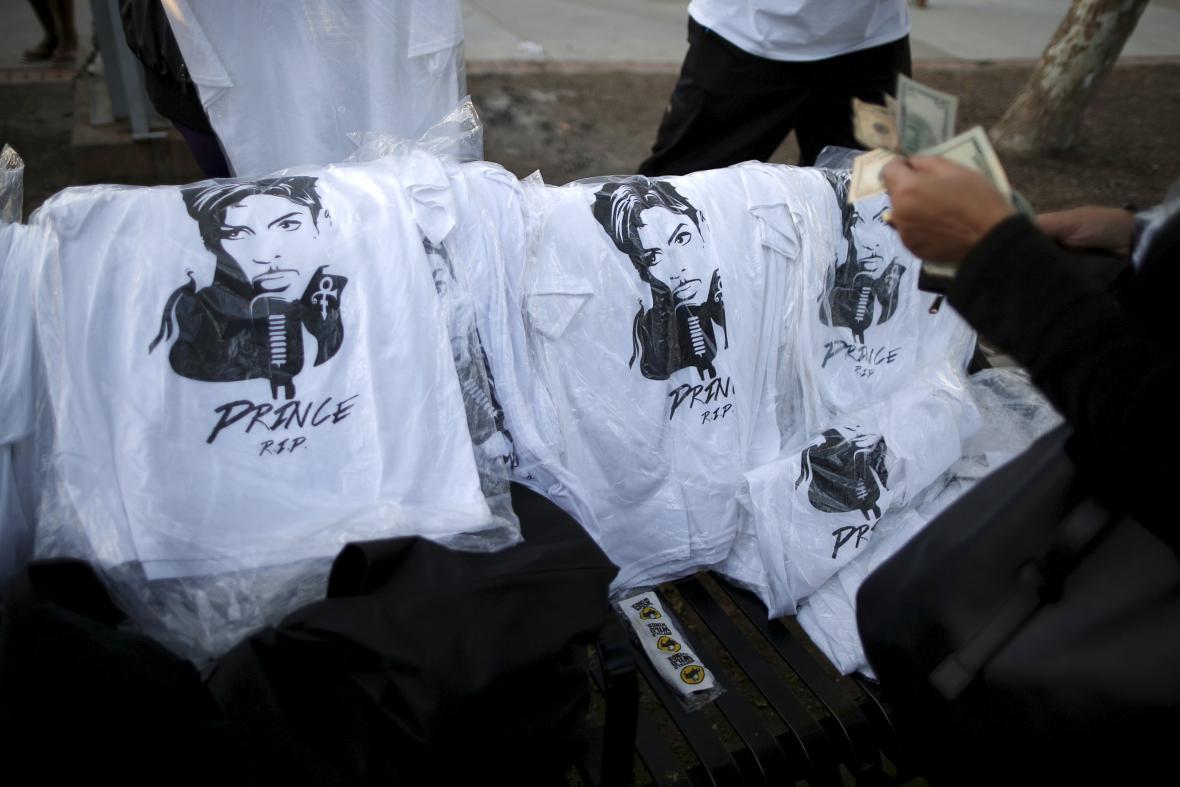 Lidé uctili památku zesnulého Prince