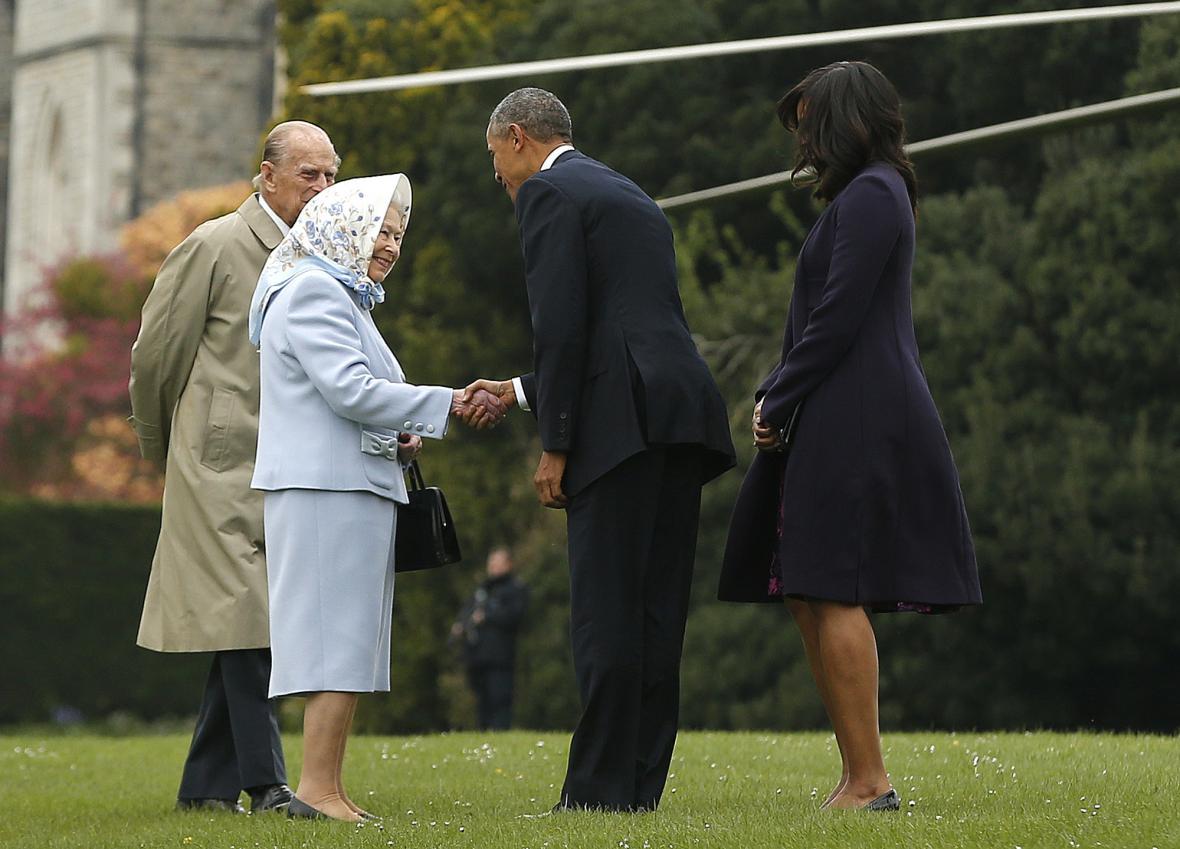 Alžběta II. vítá Baracka Obamu po příletu do Windsoru