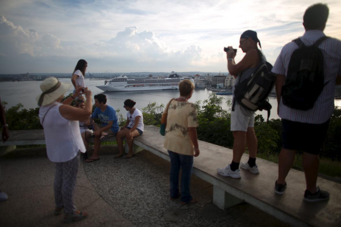 Turisté hledí na havanský přístav
