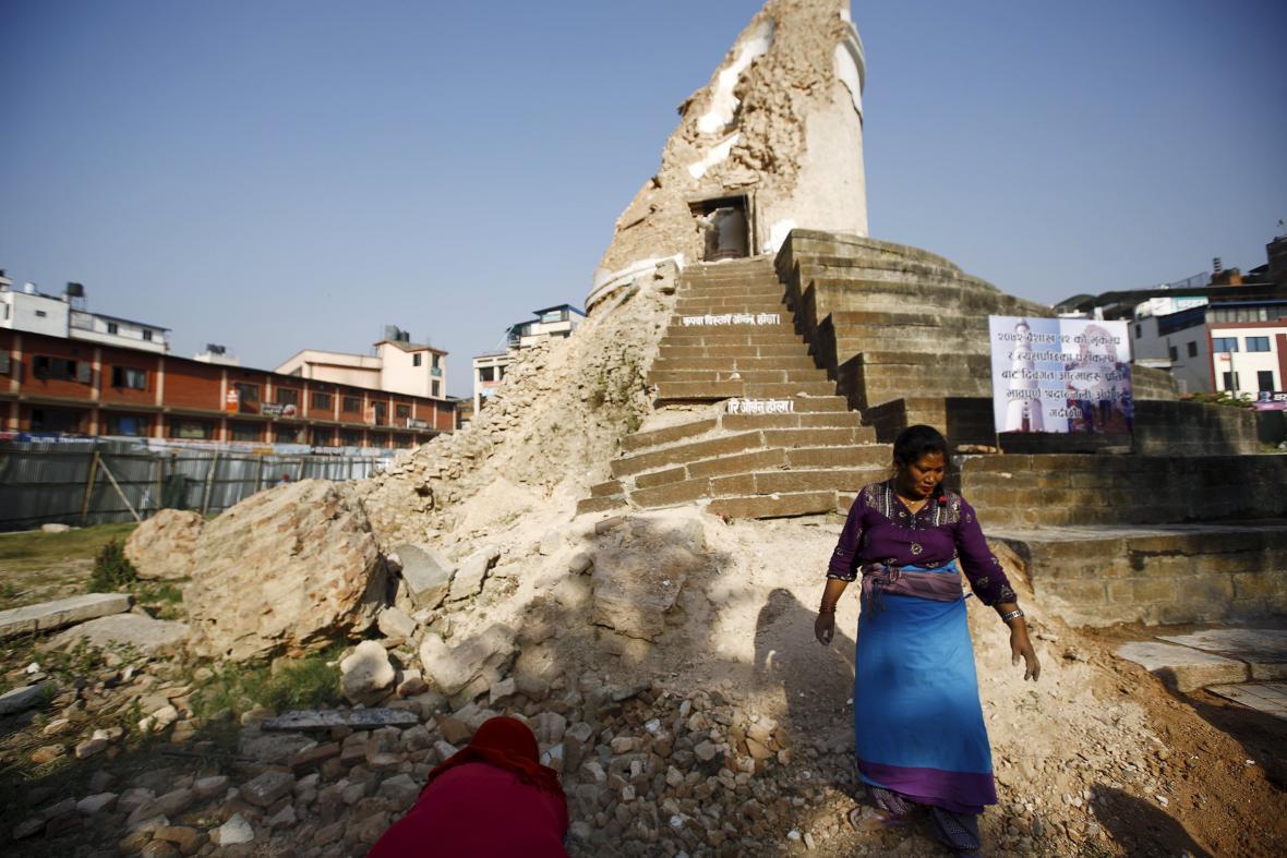 Zřícená věž Dharahara v metropoli Káthmándú. Jeden ze symbolů nepálského zemětřesení rok poté
