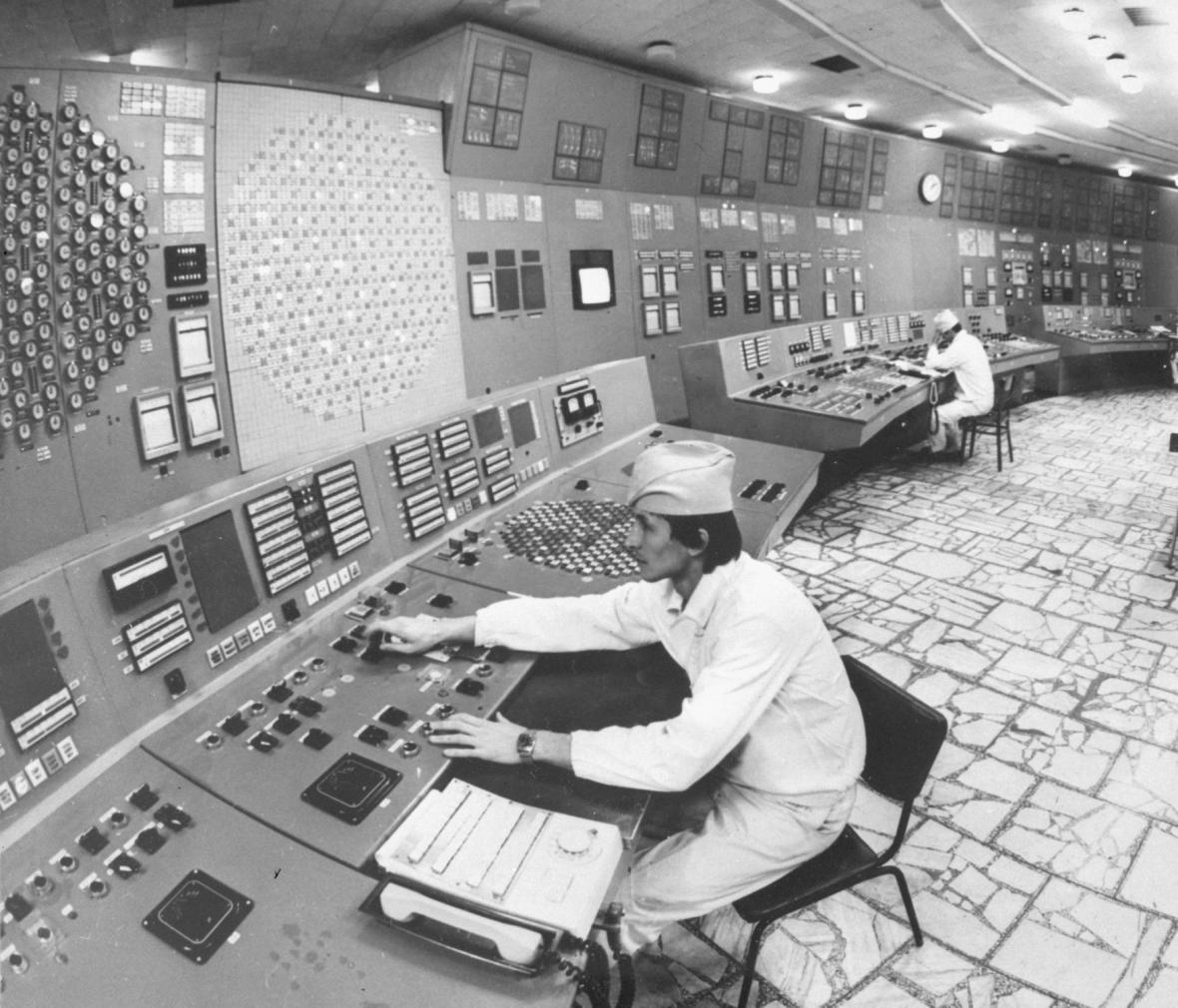 Černobylská jaderná elektrárna V. I. Lenina se začala stavět v roce 1970 v bažinaté krajině na severu Ukrajinské SSR, 18 km od města Černobyl, relativně blízko (ale i dostatečně daleko) od Kyjeva, poblíž bohatých vodních zdrojů a hlavní železnice.