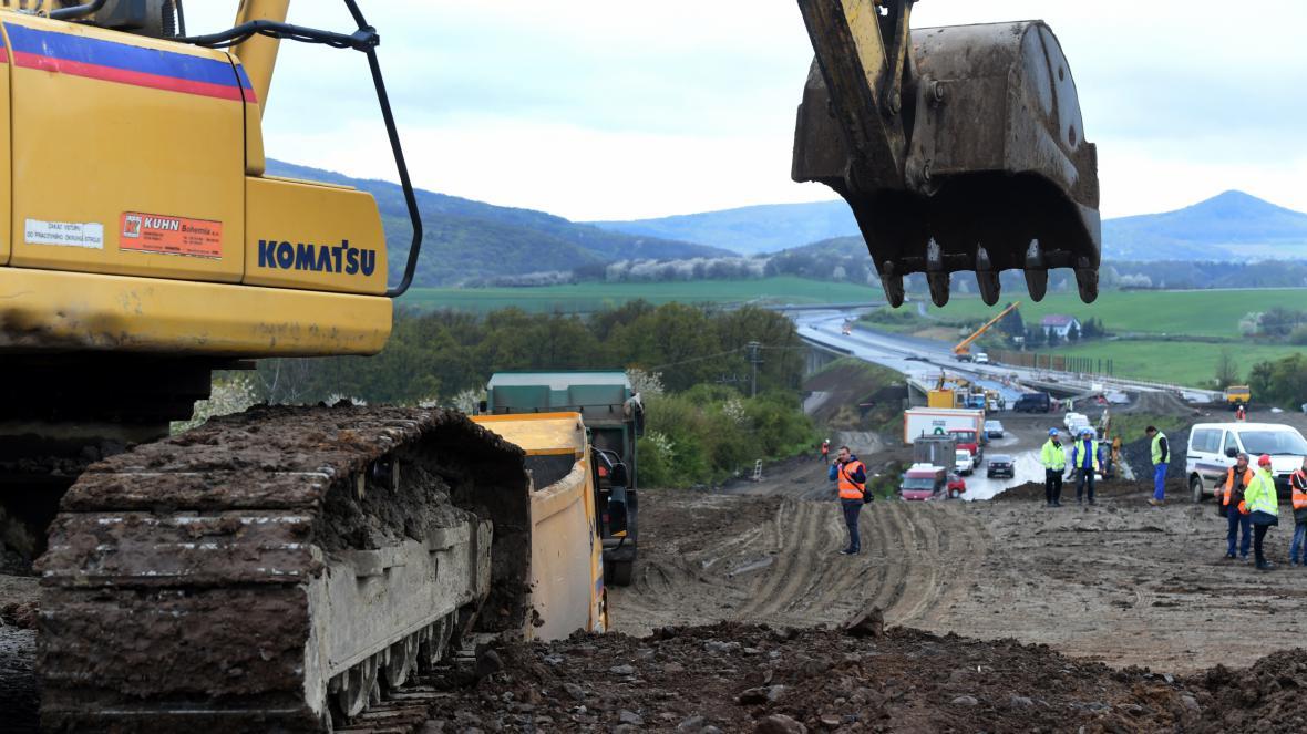 Likvidace sesuvu půdy z rozestavěné dálnice D8