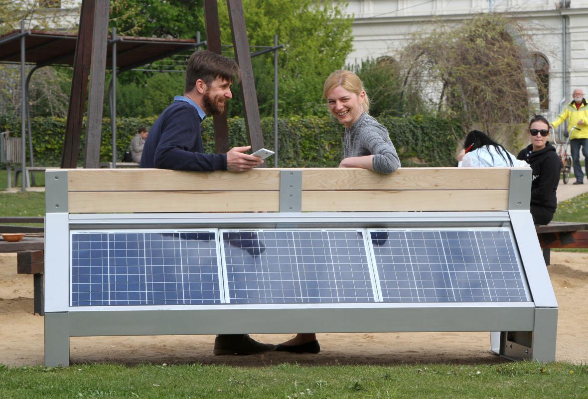 Lavička má zezadu solární panely