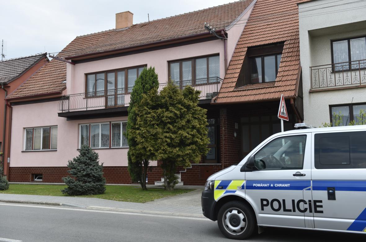 Zásahová jednotka policie před domem střelce v Sudoměřicích