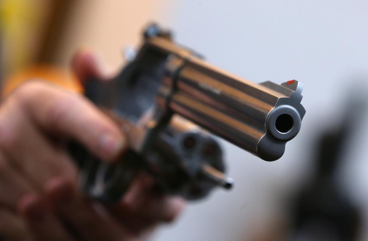 Cizinec střílel na policisty. Myslel si, že jsou to zloději