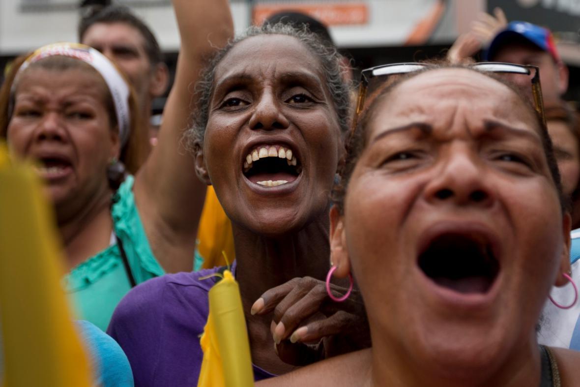 Ženy v hlavním městě Caracasu na demonstraci proti prezidentu Nicolási Madurovi