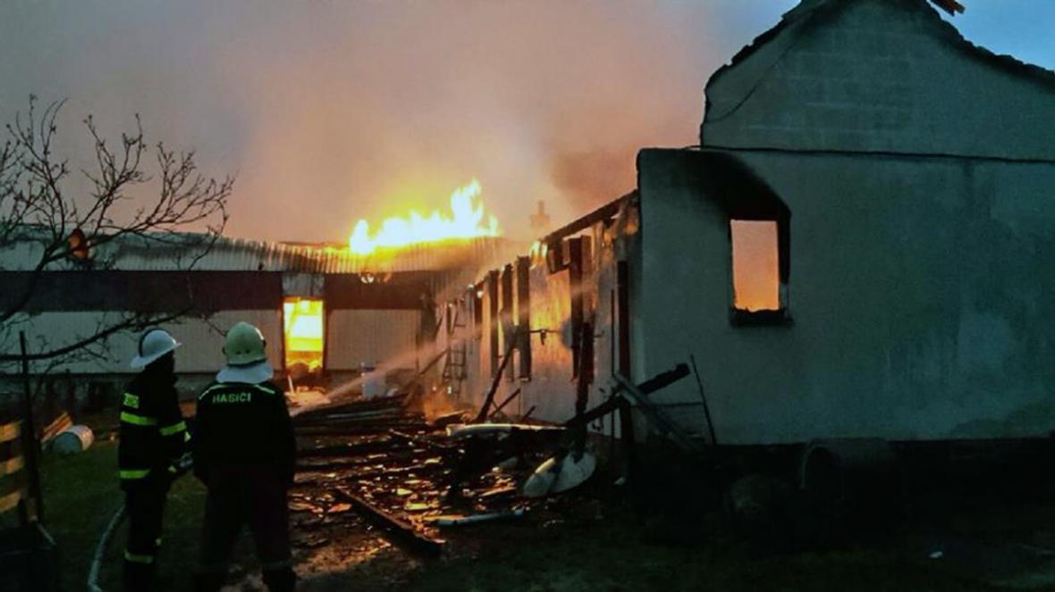 Hasiči zasahují u požáru haly na Strakonicku