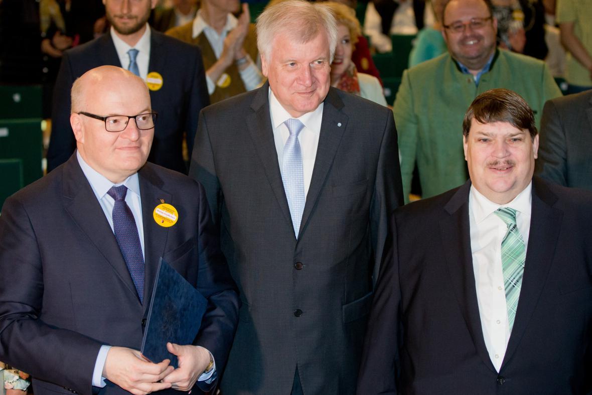 Zleva Daniel Herman, předseda bavorské vlády Horst Seehofer a předseda sudeto-německého svazu Berd Posselt