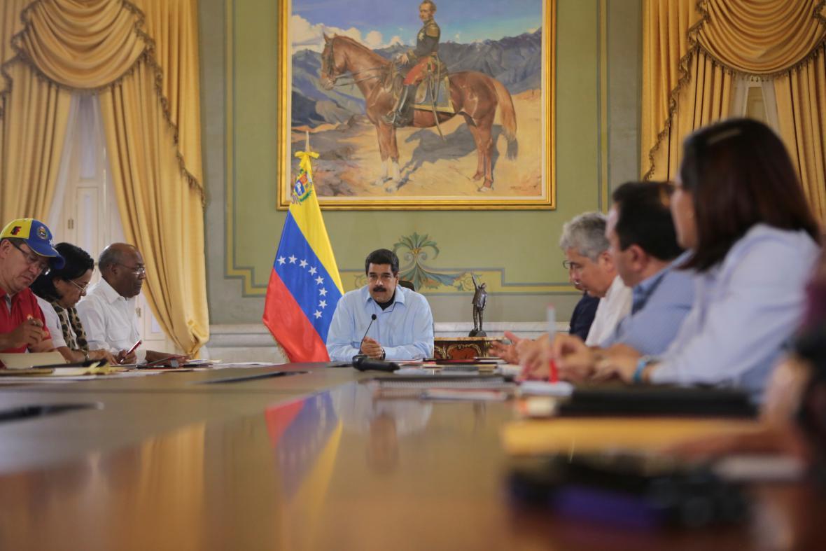 Prezident Nicolás Maduro při poradě s vládou