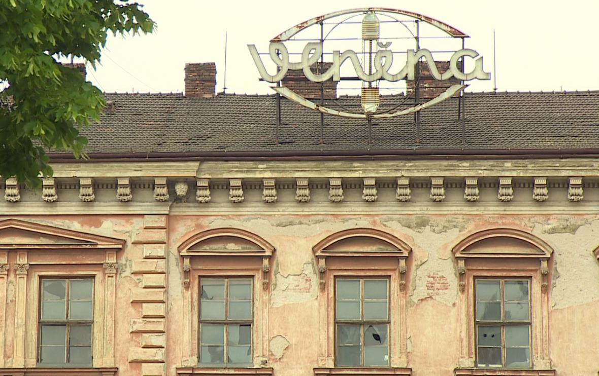 Exteriér a interiér zchátralých budov v areálu Vlněny