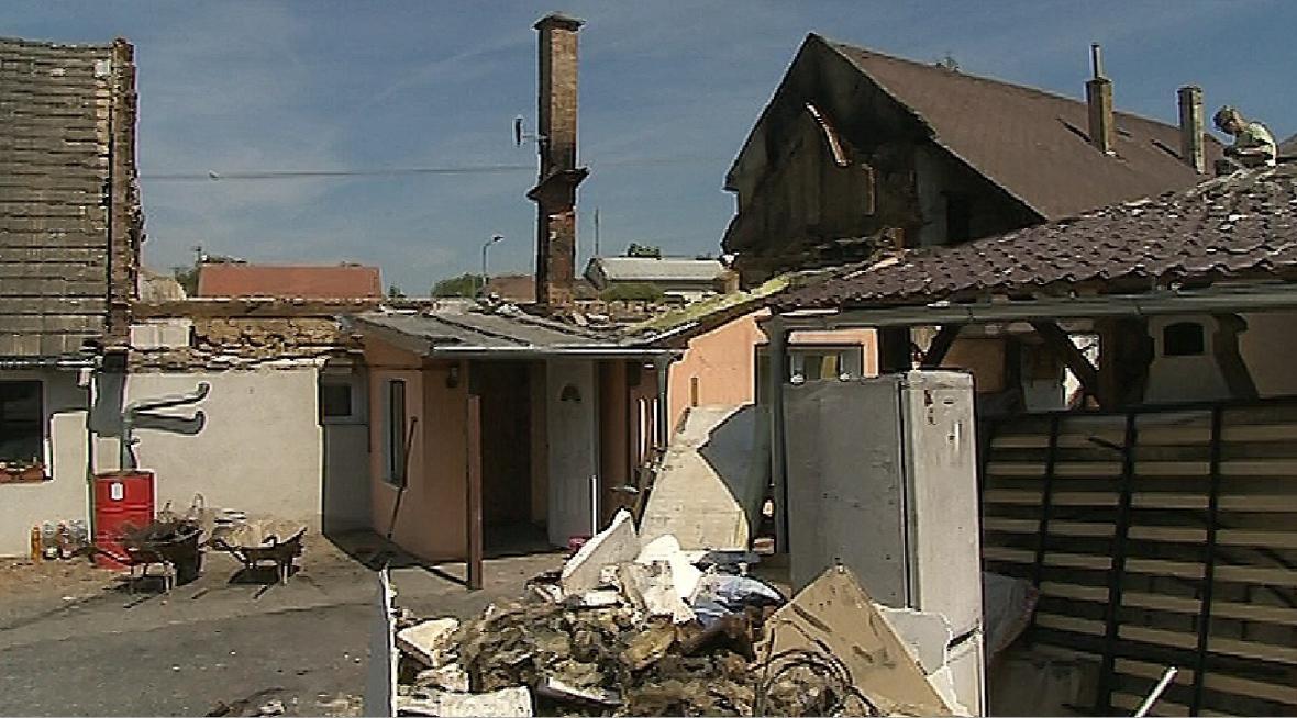 Dům manželů Konečných shořel téměř celý. Zůstal jen komín