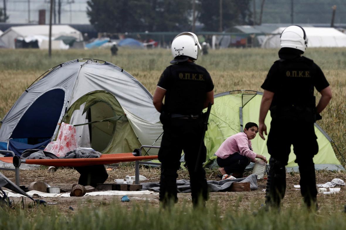 Evakuace tábora začala v šest hodin ráno. Novinářům nebyl přístup povolen. Situaci sledovali zpoza plotů.