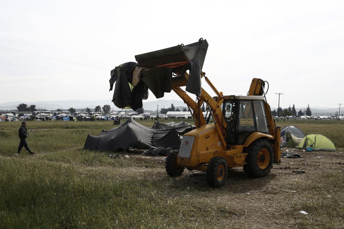 Evakuace tábora začala v šest hodin ráno. Novinářům nebyl přístup povolen.
