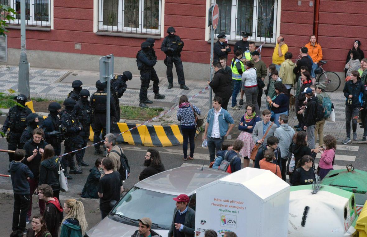 Policisté obehnali prostory kolem Kliniky páskou