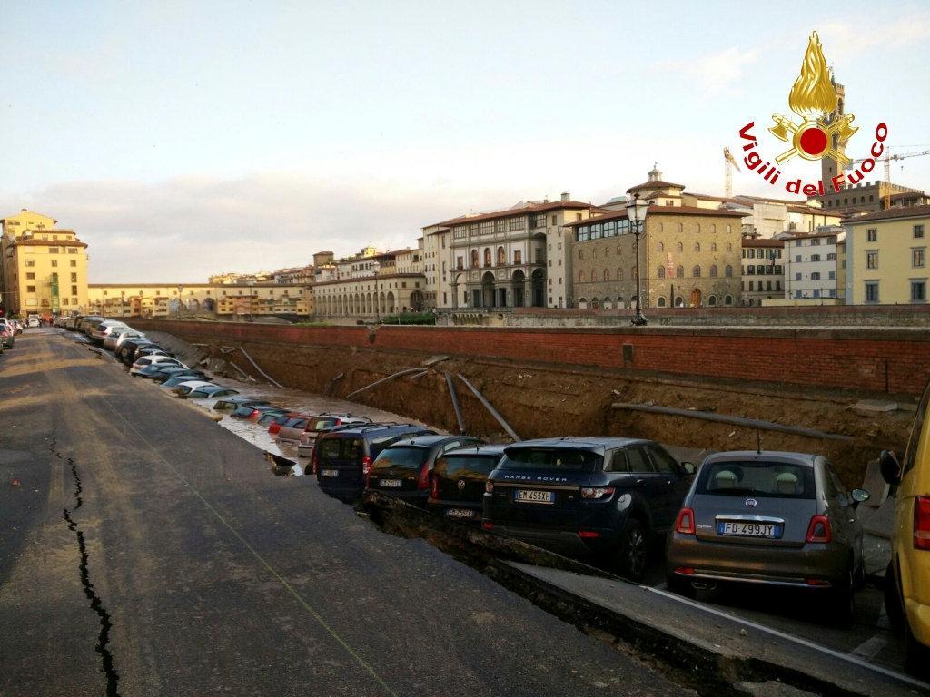 Propad nábřeží v centru Florencie