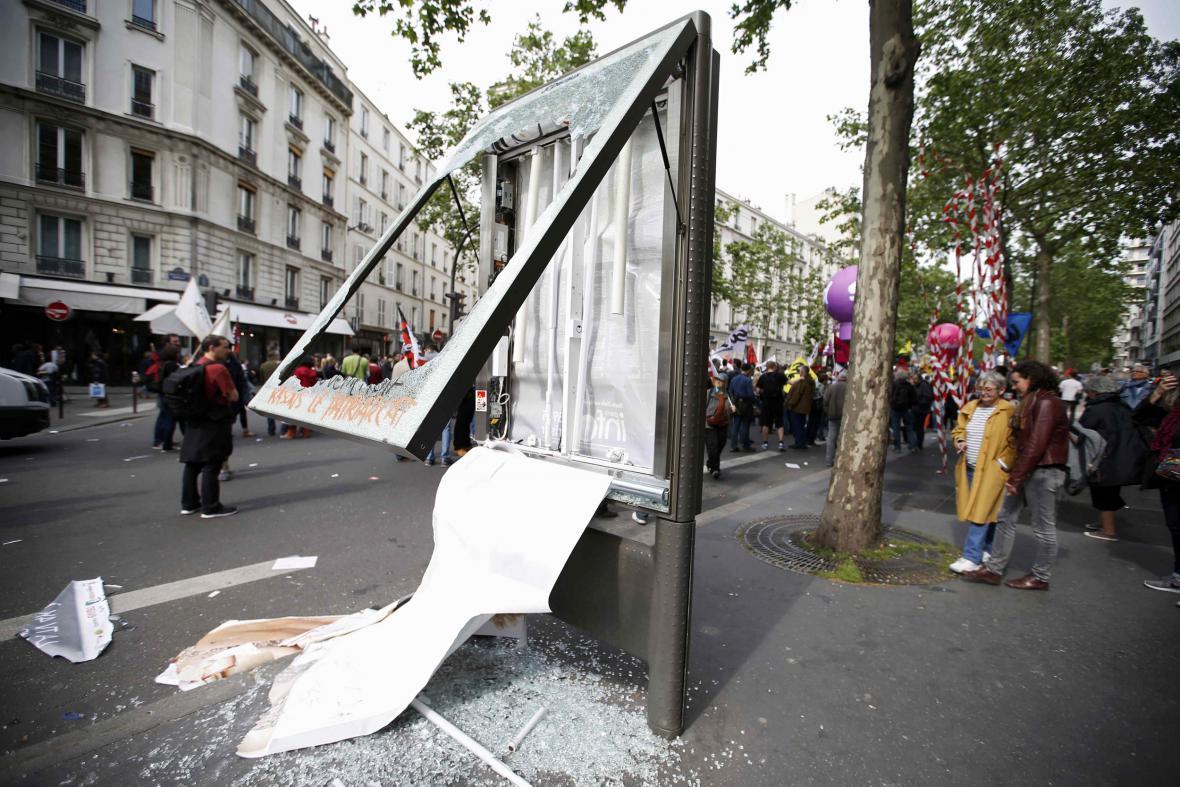 Pařížská vývěska poškozená během protestů proti zákoníku práce