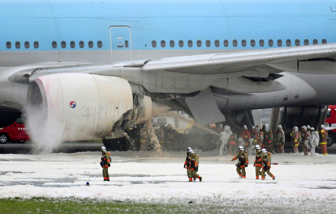 Evakuace pasažérů z hořícího boeingu