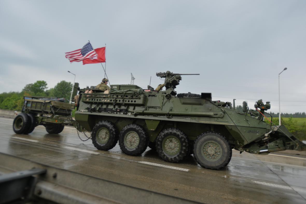 Od pátečního rána projíždí českým územím americký vojenský konvoj, který míří z Německa na cvičení Saber Strike v Pobaltí.