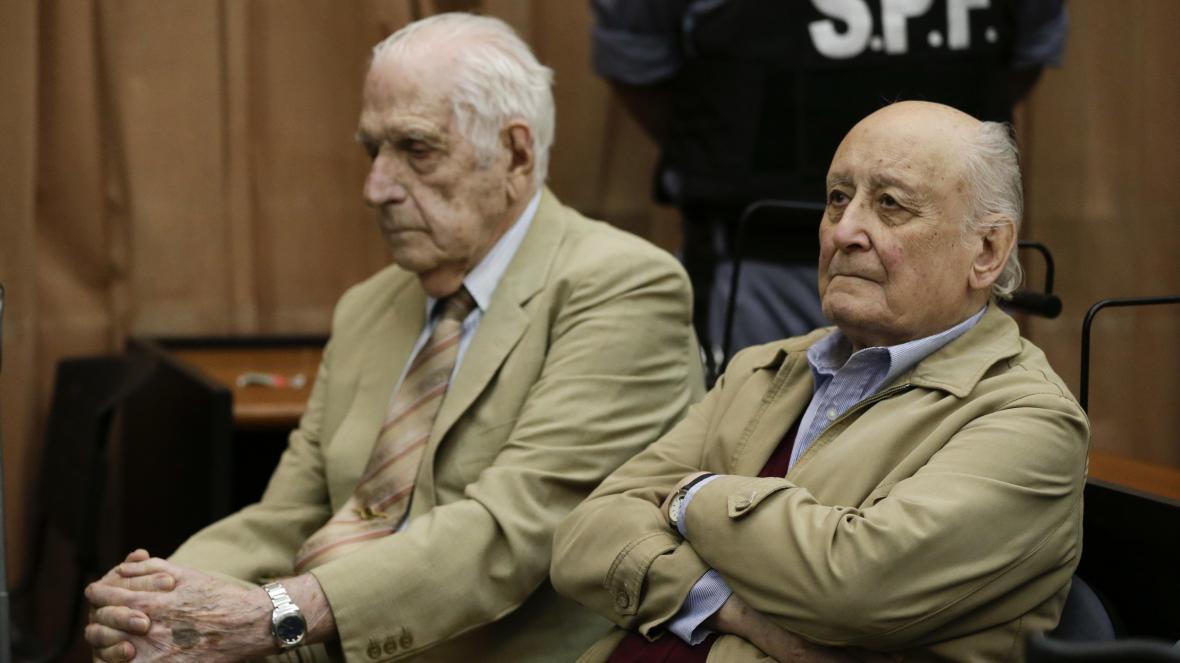 Bývalý argentinský diktátor Reynaldo Bignone (vlevo) a bývalý armádní generál Santiago Omar Riveros
