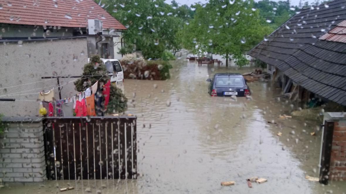 Zaplavené domy po silné bouři v obci Výrava
