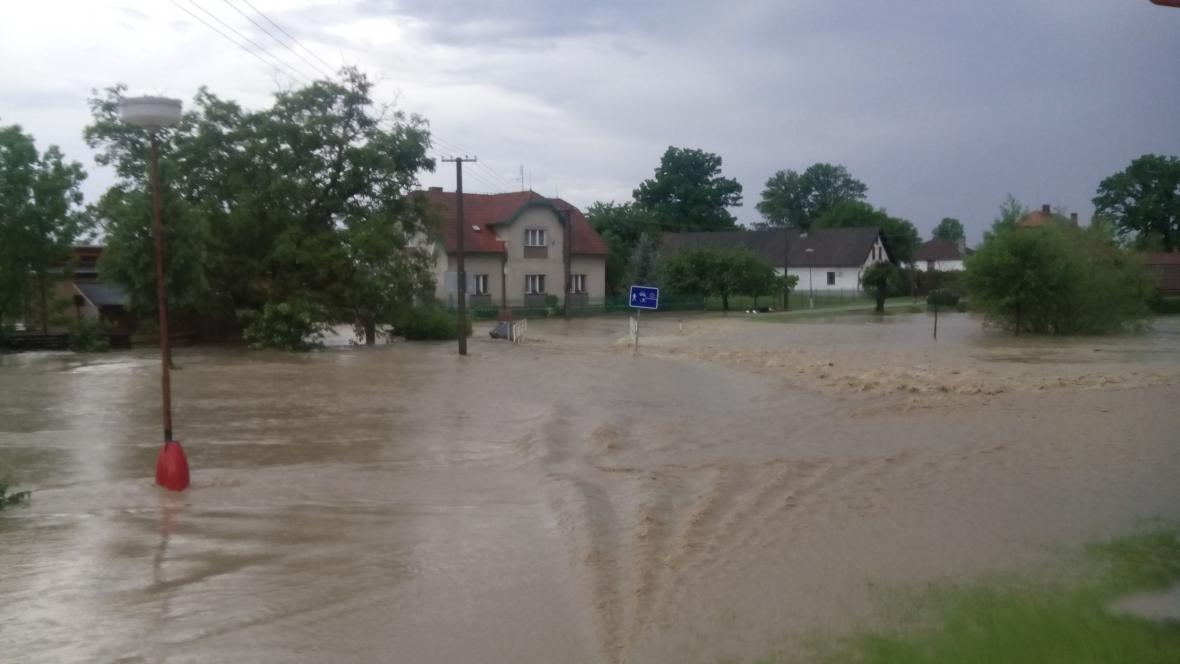 Lokální záplavy po silné bouři v obci Výrava