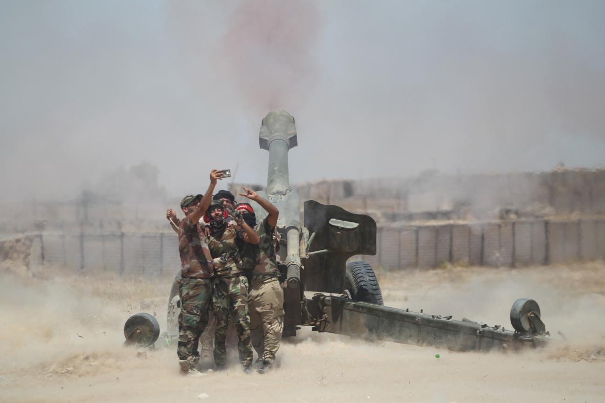 Šíitští dělostřelci si pořizují selfie poblíž irácké Fallúdži