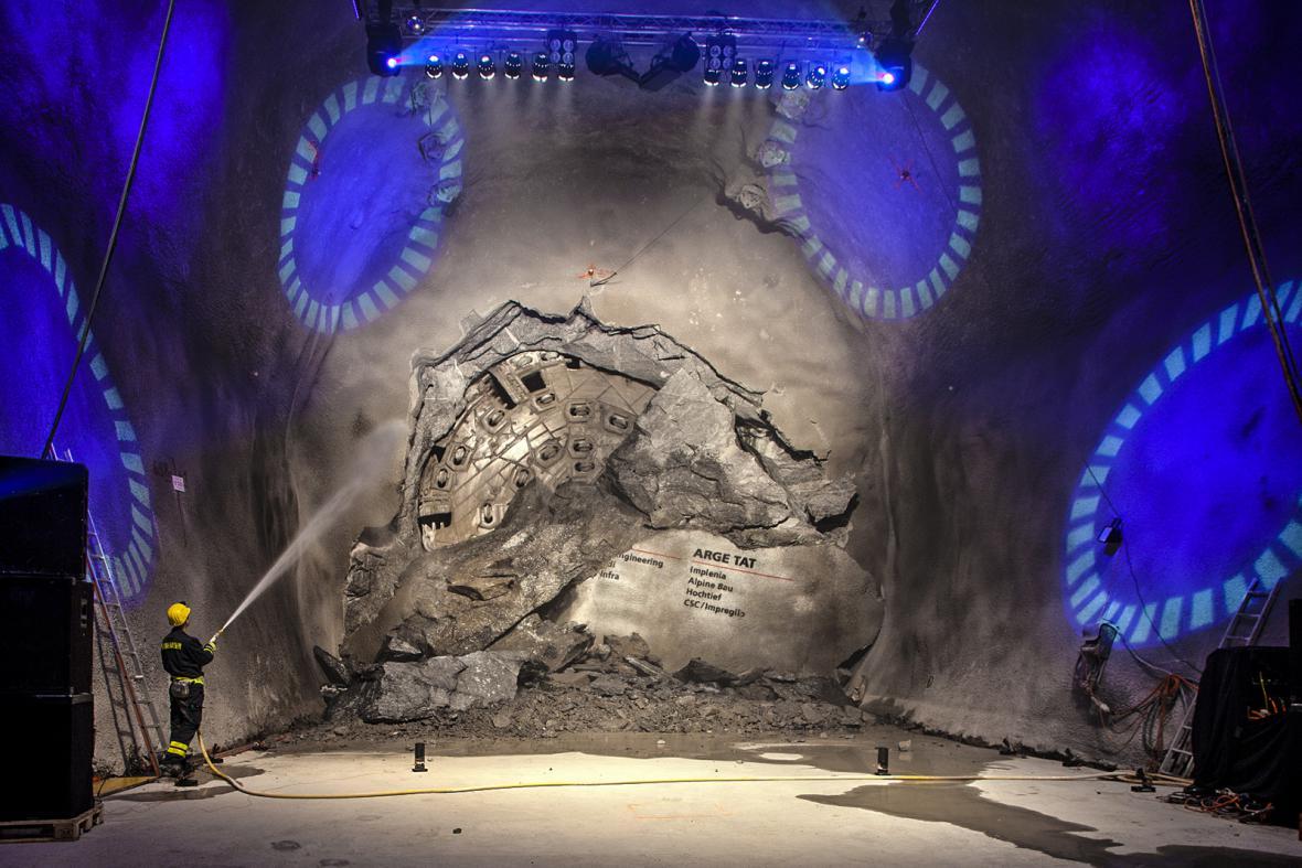 Stavba nejdelšího železničního tunelu světa trvala více než dvacet let.