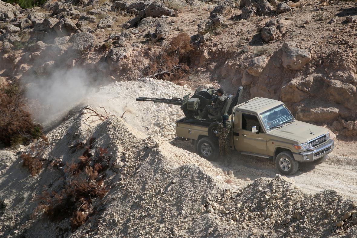 Ozbrojené jednotky Demokratických sil Sýrie poblíž města Manbidž