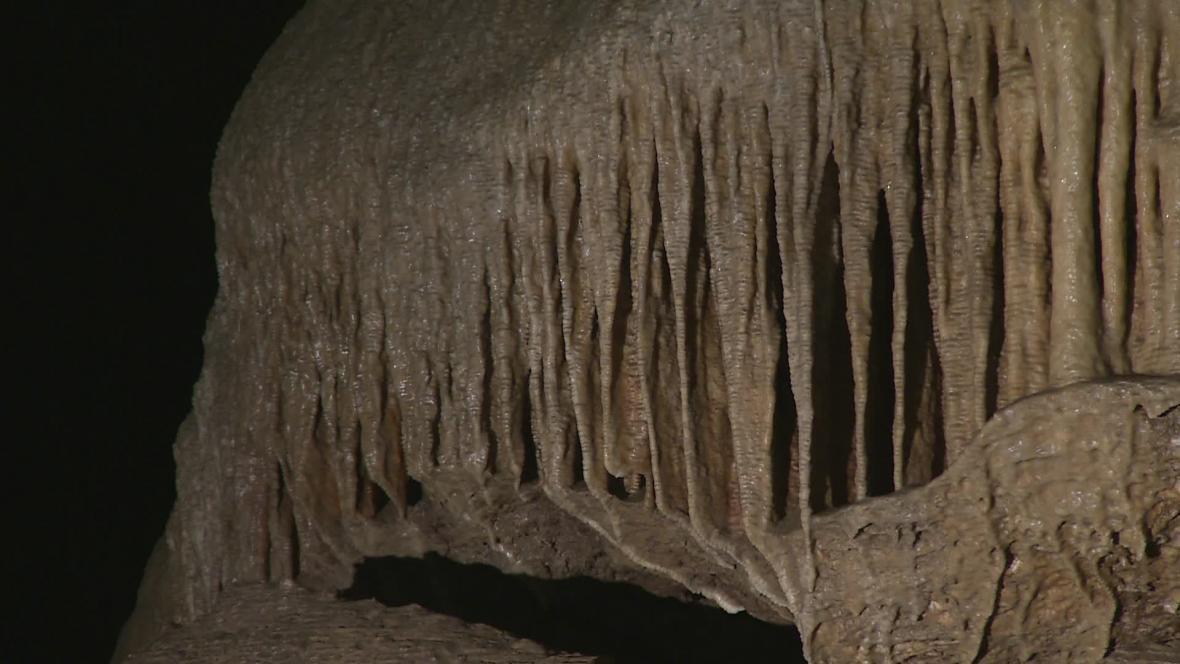 Stékající dešťová voda ničí krápníky v Amatérské jeskyni