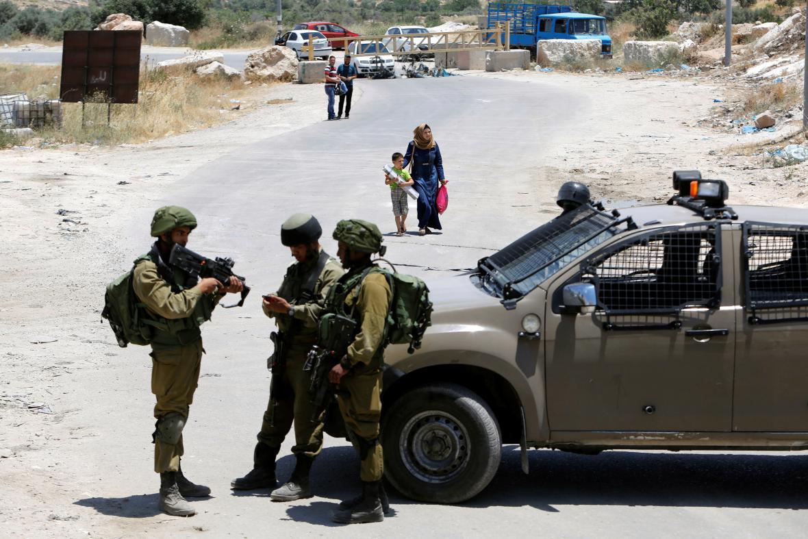 Izraelští vojáci hlídkují u vesnice Jatta