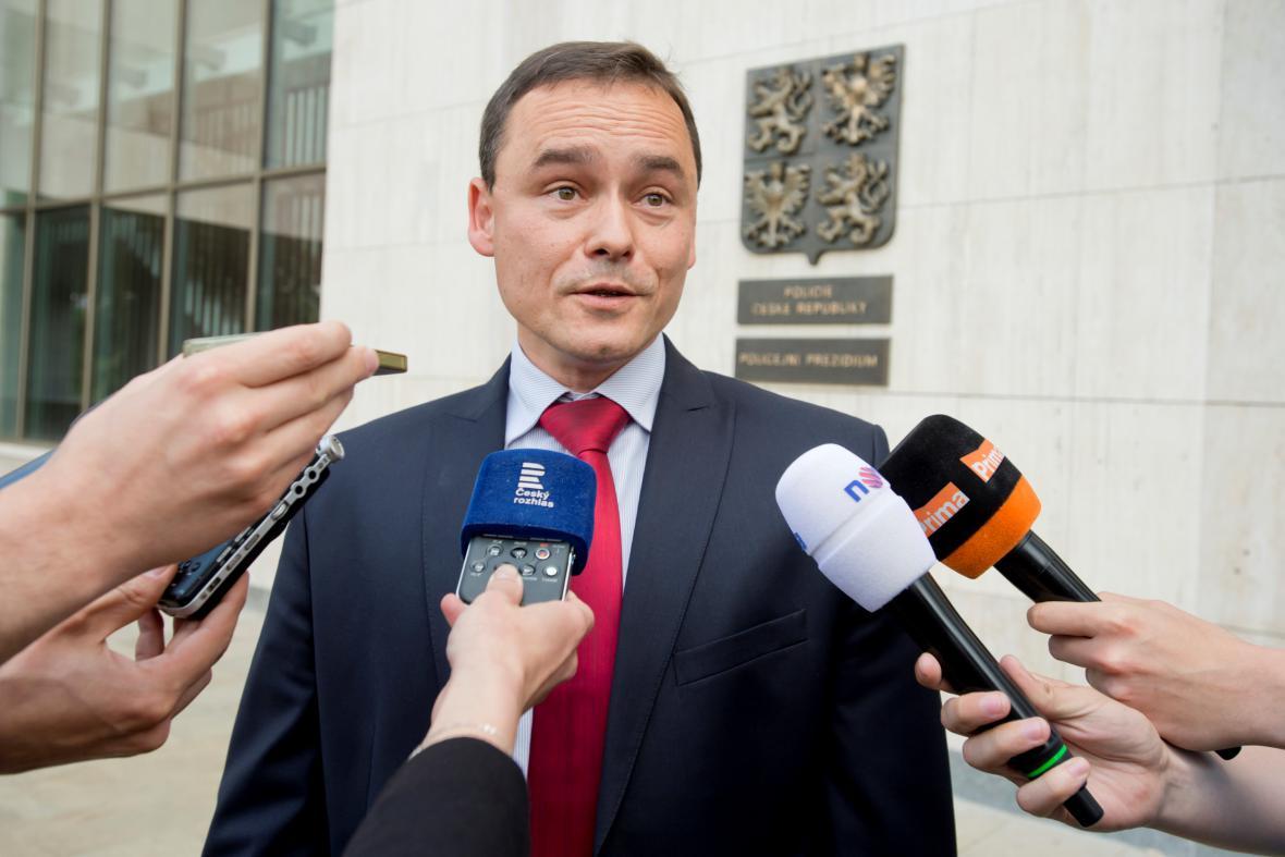 Náměstek olomouckého vrchního státního zástupce Pavel Komár odpovídá novinářům před Policejním prezidiem v Praze