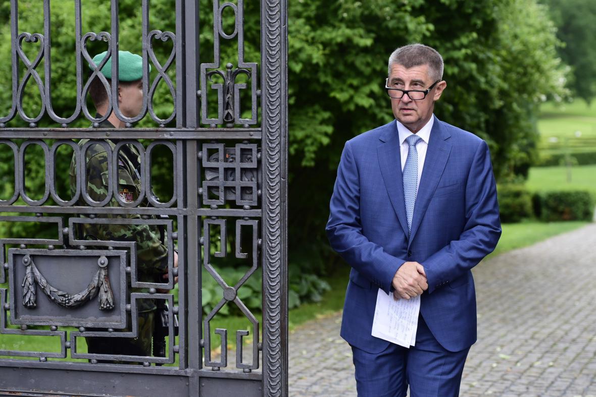 Andrej Babiš odchází ze zámku v Lánech