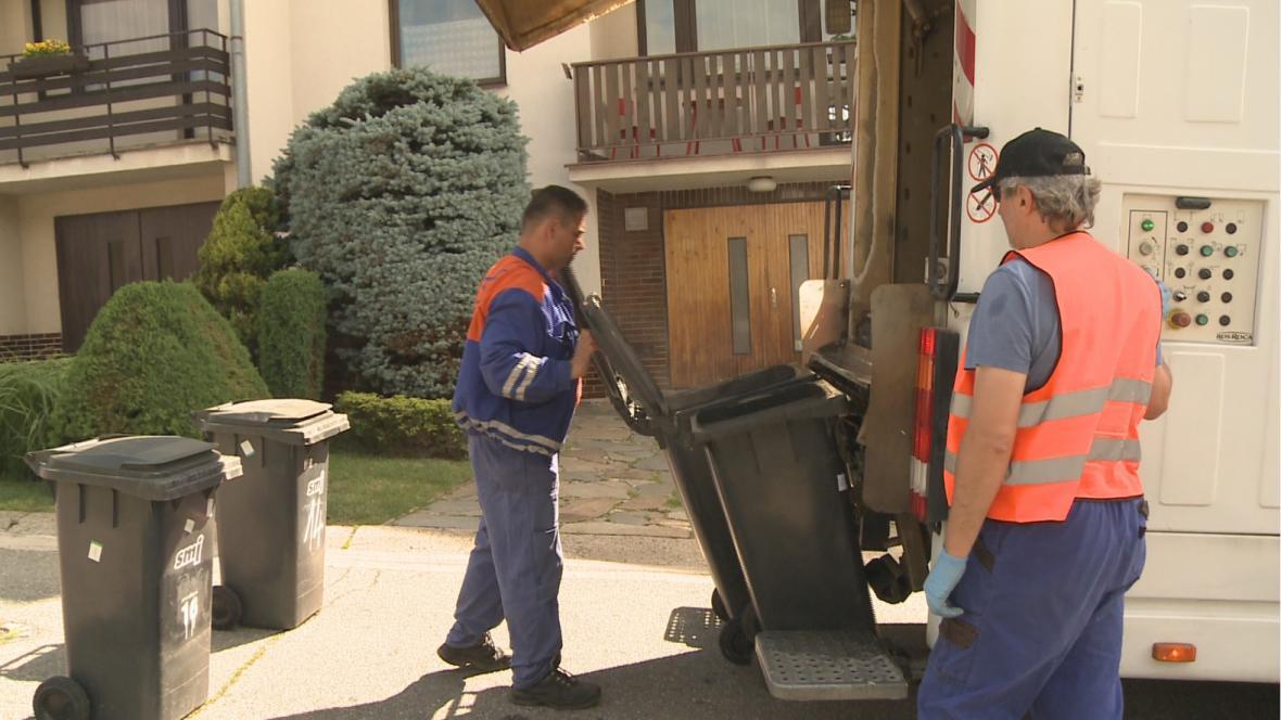 Popelnice i velké kontejnery. Všechny nádoby na odpad se musejí pořádně vyčistit