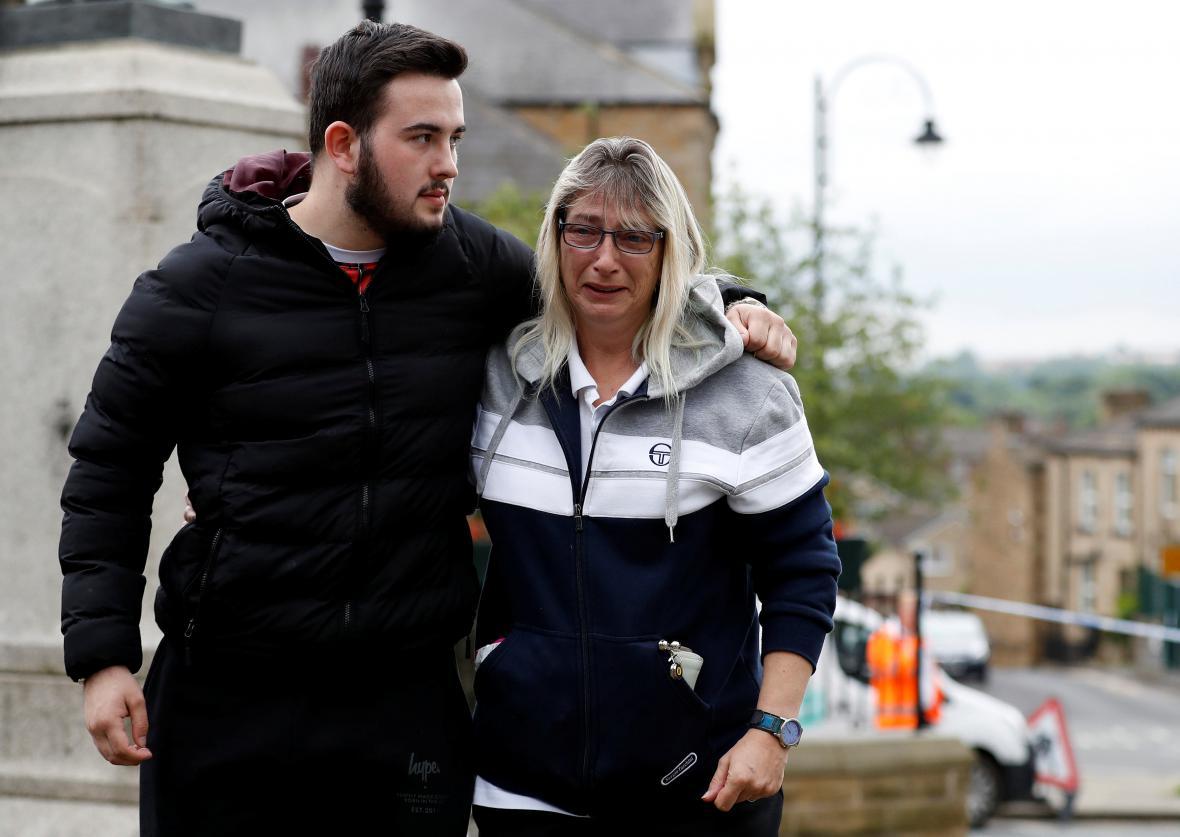 Lidé přicházejí k místu, kde útočník smrtelně zranil britskou poslankyni Jo Coxovou