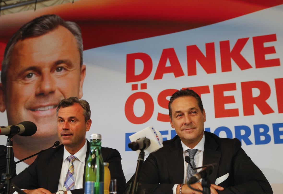 Někdejší prezidentský kandidát Hofer (vlevo) a šéf strany Heinz-Christian Strache